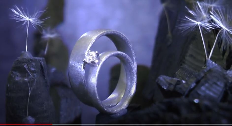 Kristallmetall-Eheringe mit Diamant als Solitär